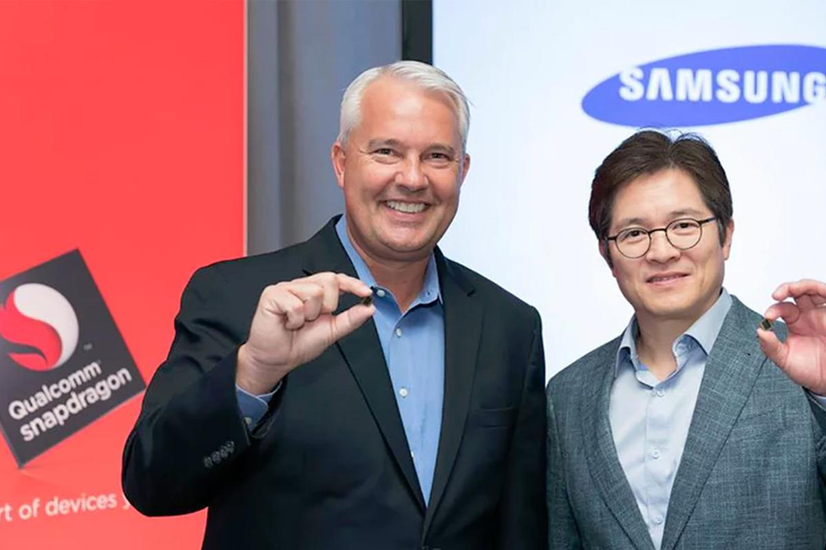 Qualcomm's Keith Kressin and Samsung's Ben Suh with the Snapdragon 835 chip
