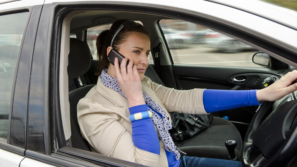 A system developed by Indian researchers blocks mobile phone signals while driving (Photo: Shutterstock)
