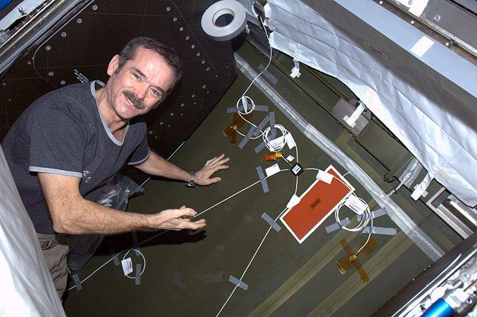 Canadian Space Agency astronaut Chris Hadfield installing USBT sensors in the Destiny laboratory of the ISS (Photo: NASA)