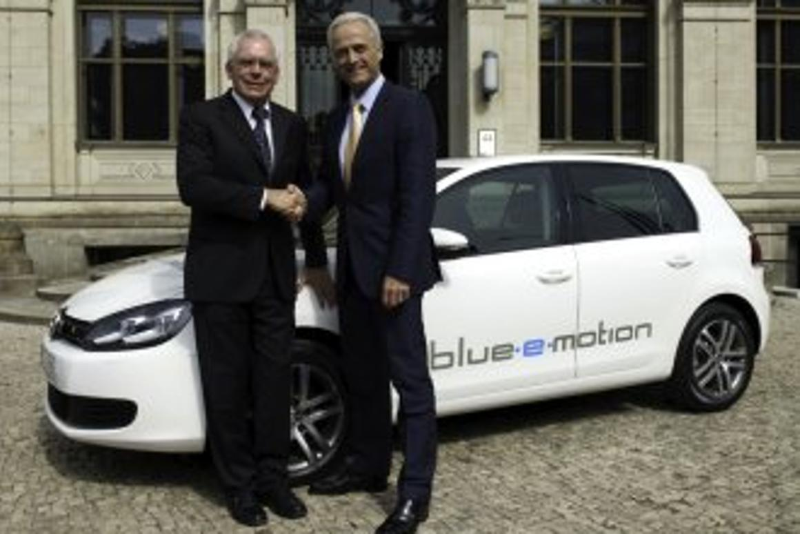 Volkswagen Golf blue-e-motion - German transport minister Dr. Peter Ramsauer with VW board member Dr. Ulrich Hackenberg