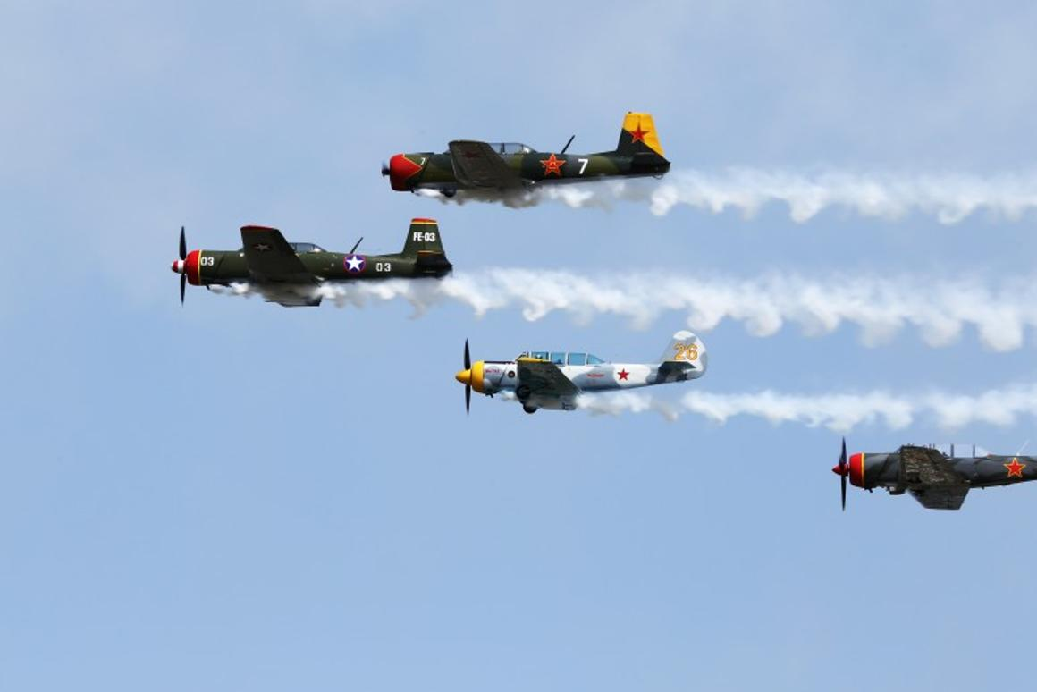 Chinese Nanchang trainers flying formation (Photo: Angus MacKenzie/Gizmag.com)