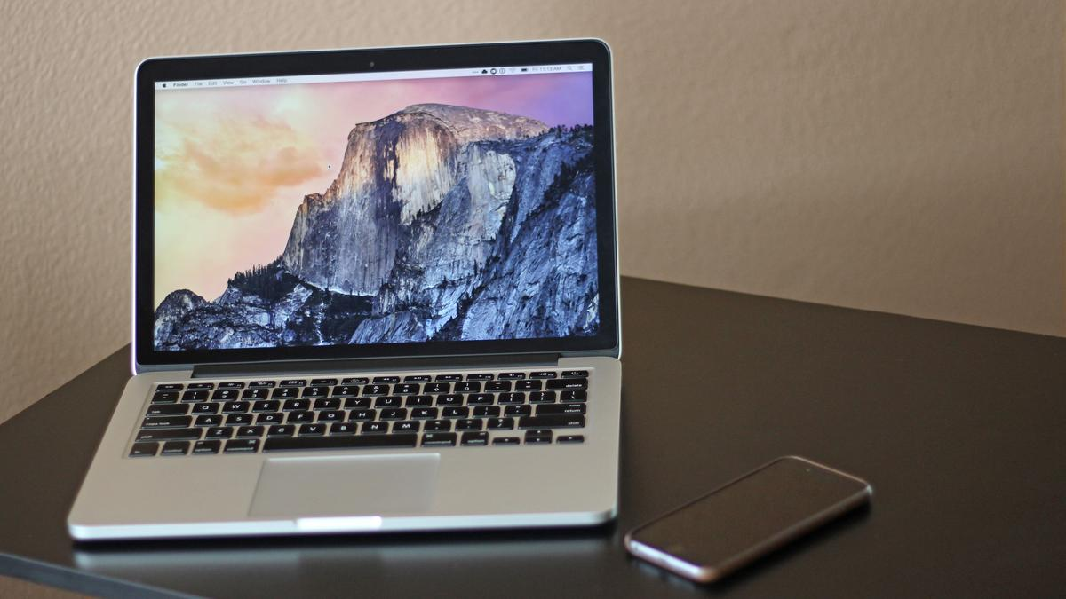 Physically, the 2015 Retina MacBook Pro is almost completely unchanged from the previous models (Photo: Will Shanklin/Gizmag.com)