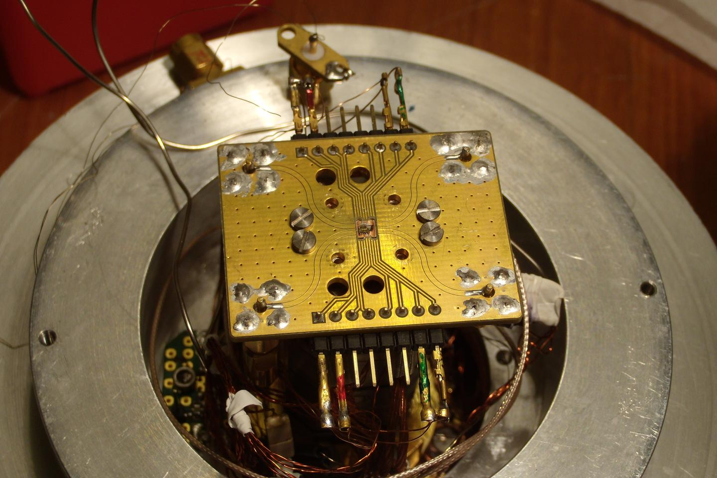 One of the two chips used in the teleportation experiment (Photo: Hanson lab at TU Delft)