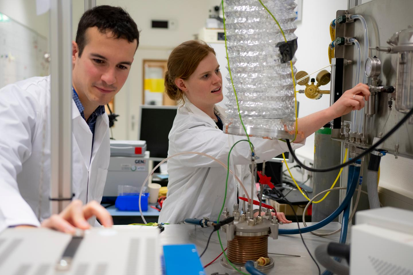Researchers Alexandre Meurisse (left) and Beth Lomax (right) making oxygen out of lunar regolith