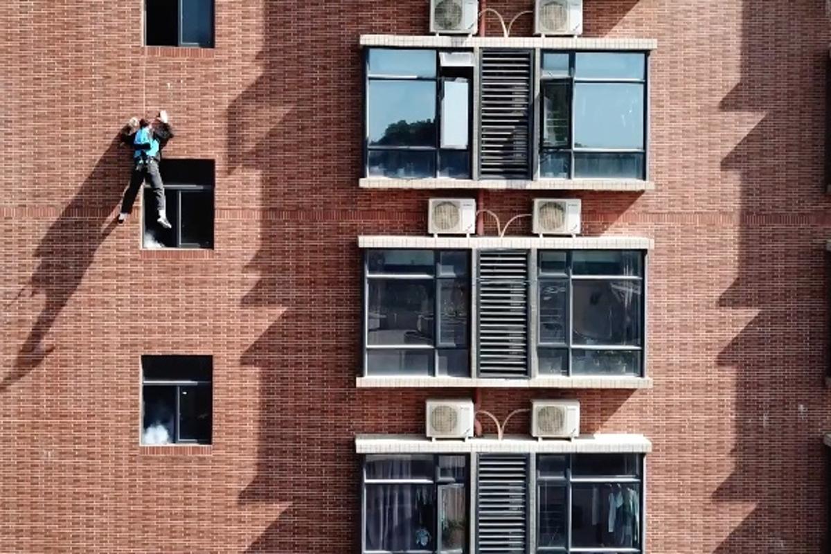 The SkySpider in building-descending action