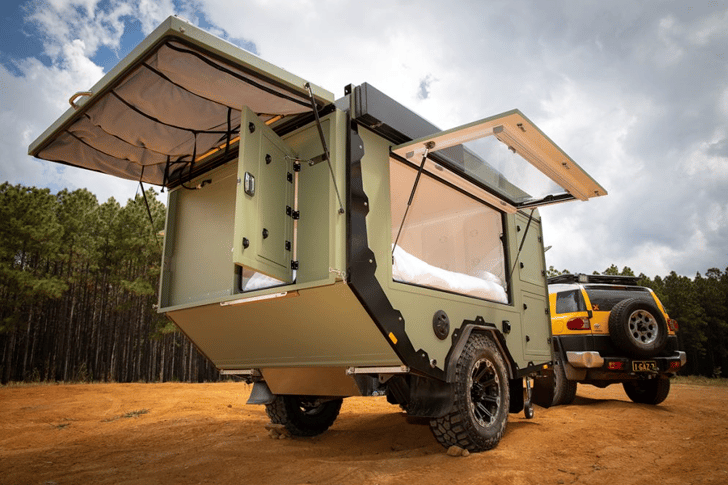 The rear hatch makes the AOR Sierra more secure and dust proof, then serves as the roof of an entryway tent