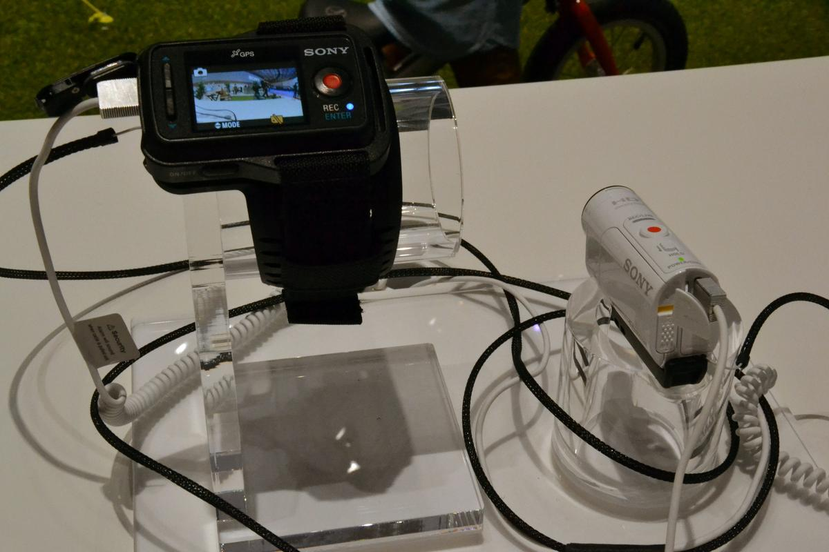 Using the RM-LVR2V Live-View Remote, users can remotely preview, play back and delete shots; control and adjust settings; and control up to five Action Cam Minis at once (Photo: Paul Ridden/Gizmag)