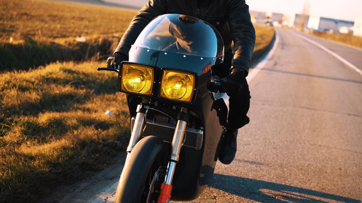 The Midnght Runner by Apache Customs and Energica in action