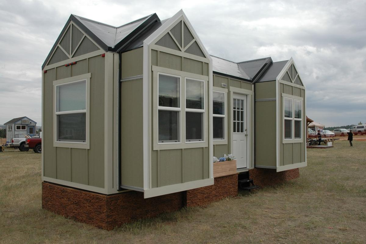 The unnamed towable tiny house measures 26 ft (7.9 m) long