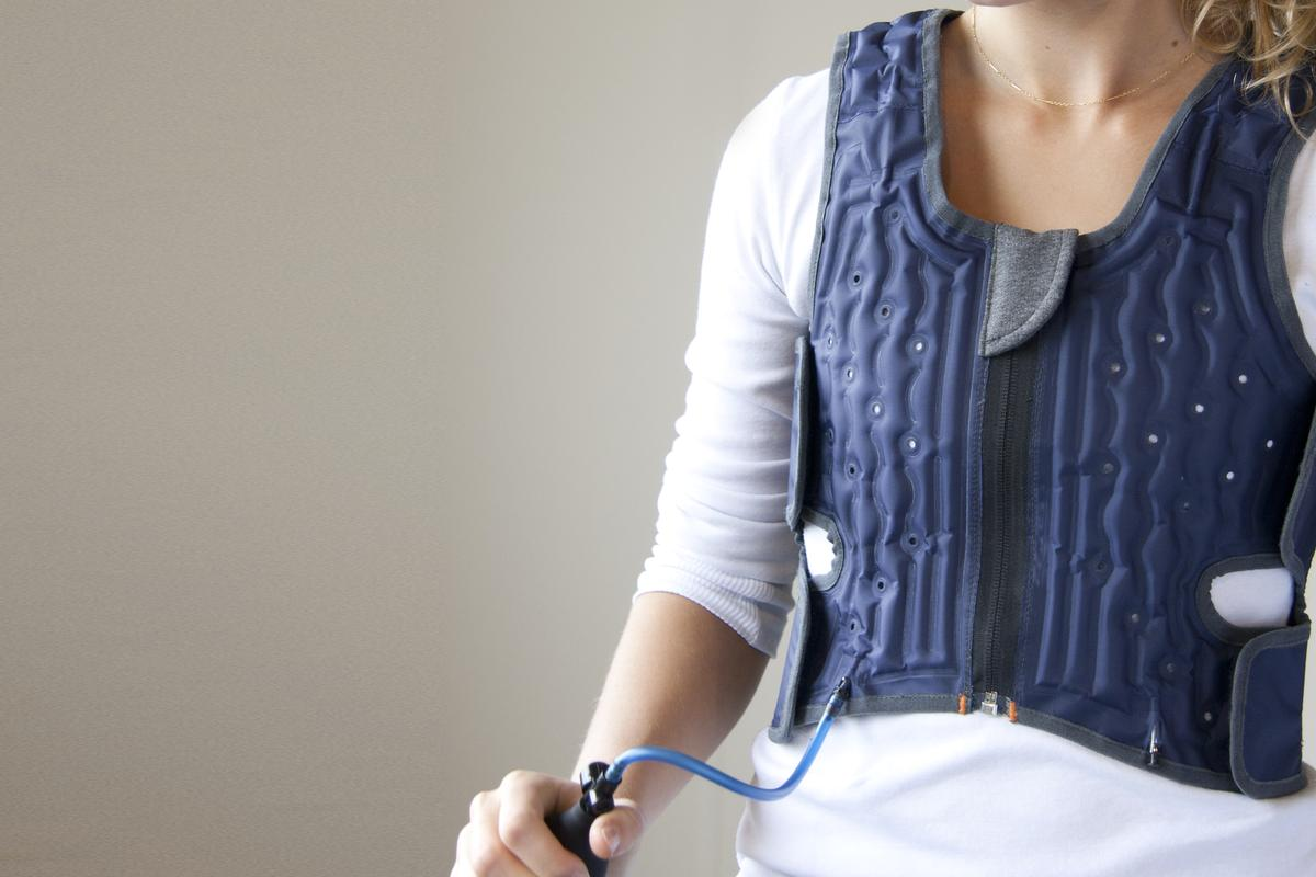 An attached hand pump allows the wearer to apply and regulate soothing pressure by pumping air to deliver a hug sensation
