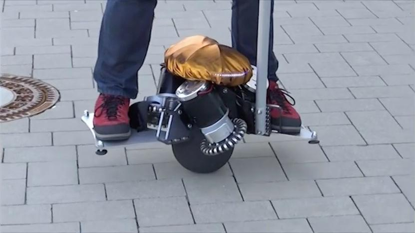 As with a Segway, accelerating and braking of the Üoare achieved simply by leaning forward or back, while turns can be made by leaning to either side