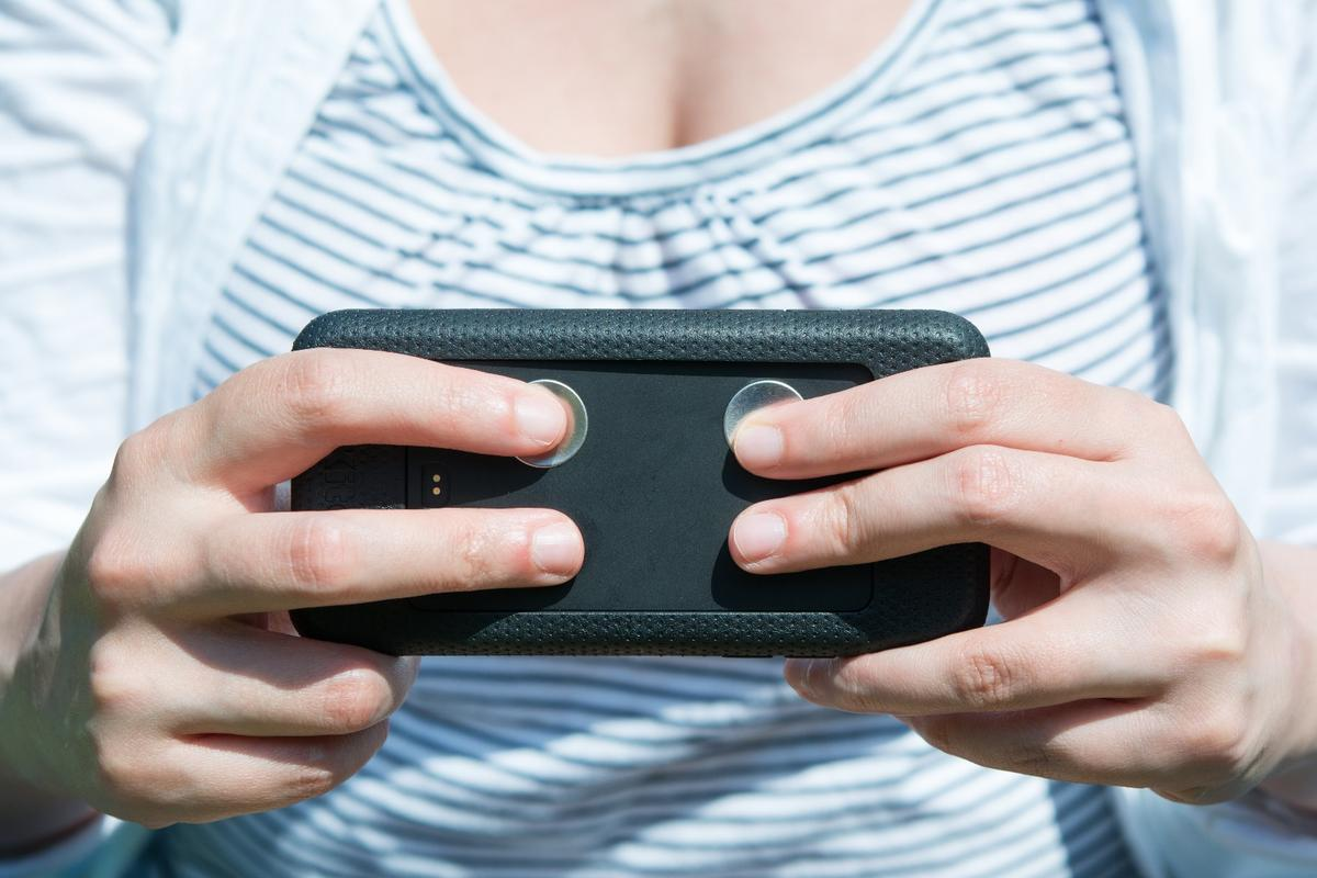 Gizmag tries the Kito+ smartphone case and health tracker