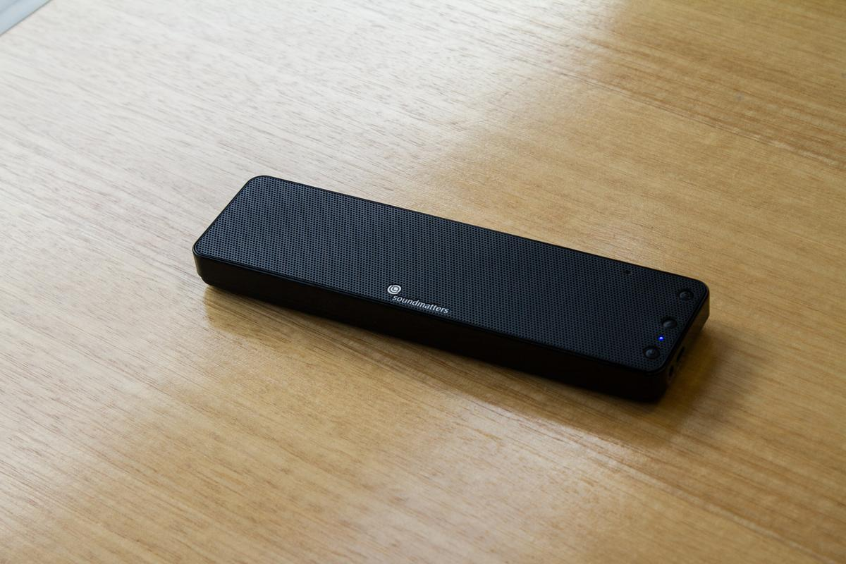 The FoxL Dash7 Bluetooth speaker sure is slim at under an inch thick (Photo: Noel McKeegan/Gizmag.com)