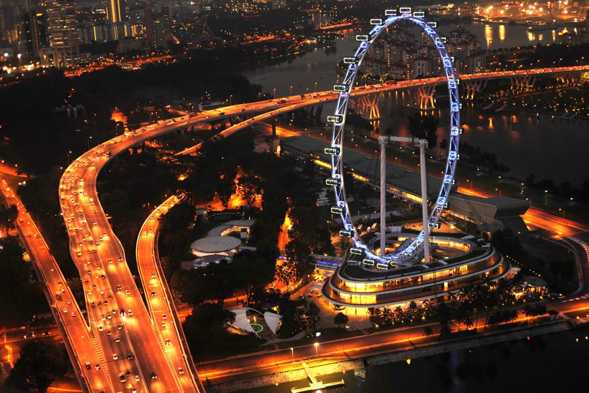 The 541-ft Singapore Flyer could be usurped by a new ferris wheel under consideration for Staten Island, New York (Photo: joyfull/Shutterstock)