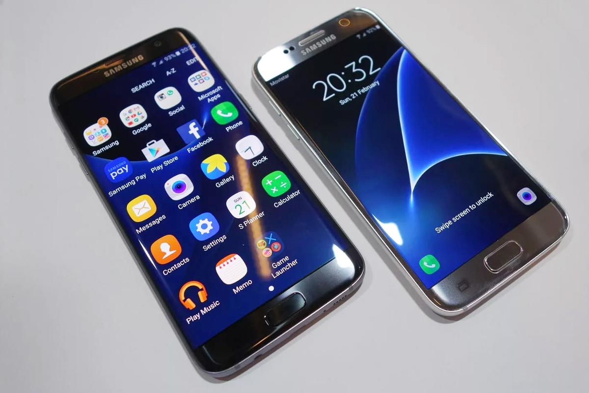The Galaxy S7 edge (left) and Galaxy S7, Samsung's flagship phones for early 2016