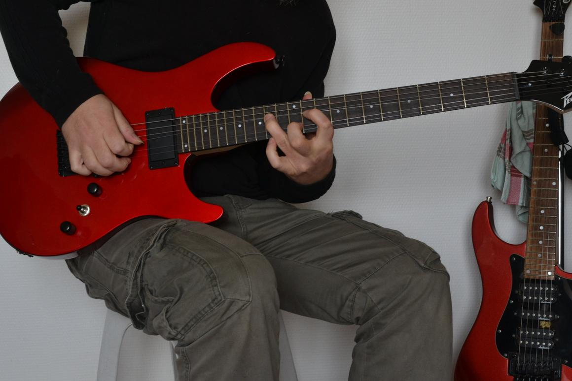 Review: Peavey AT-200 guitar with Auto-Tune technology