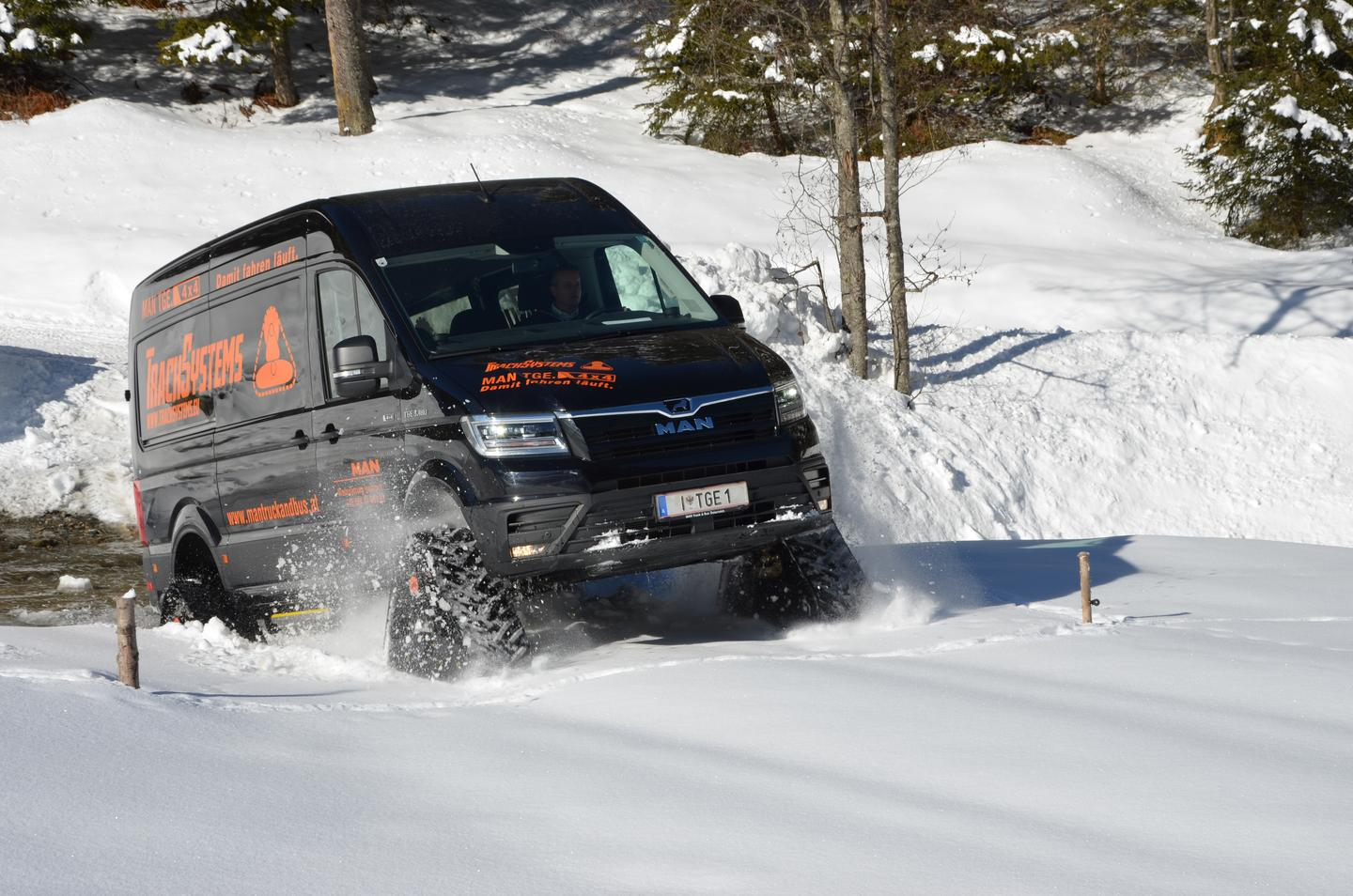 With its four track drives, the MAN TGE 3.180 4x4 combi powers through soft snow