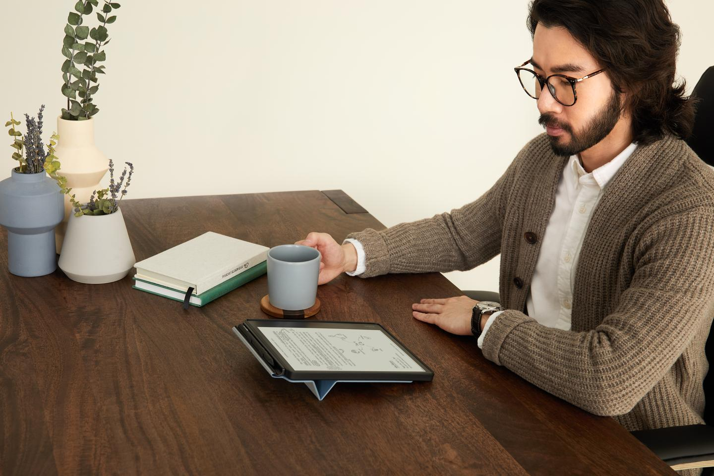 The Elipsa comes with a cover that also holds the stylus when not in use and serves as a stand for more comfortable reading