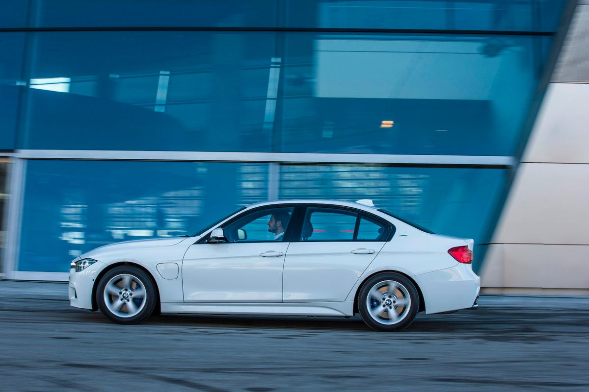 Total powertrain output for the 330e iPerformance is 248 hp (185 kW) and 310 lb-ft (420 Nm) of torque