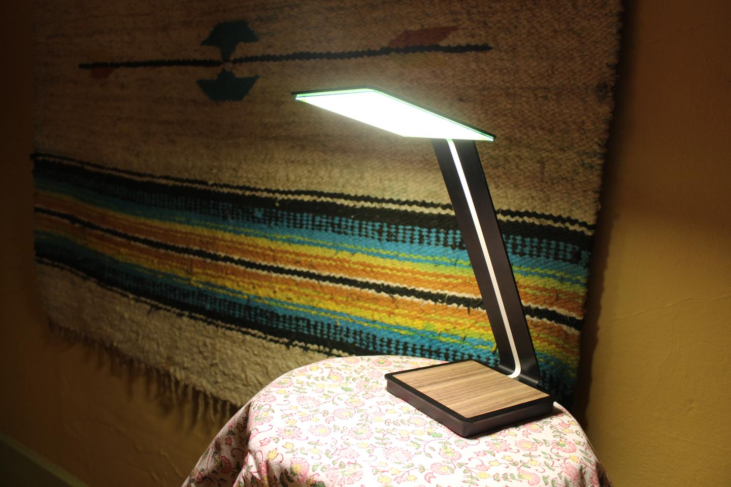 Gizmag tries out the aerelight OLED lamp (Photo: Ben Coxworth/Gizmag)