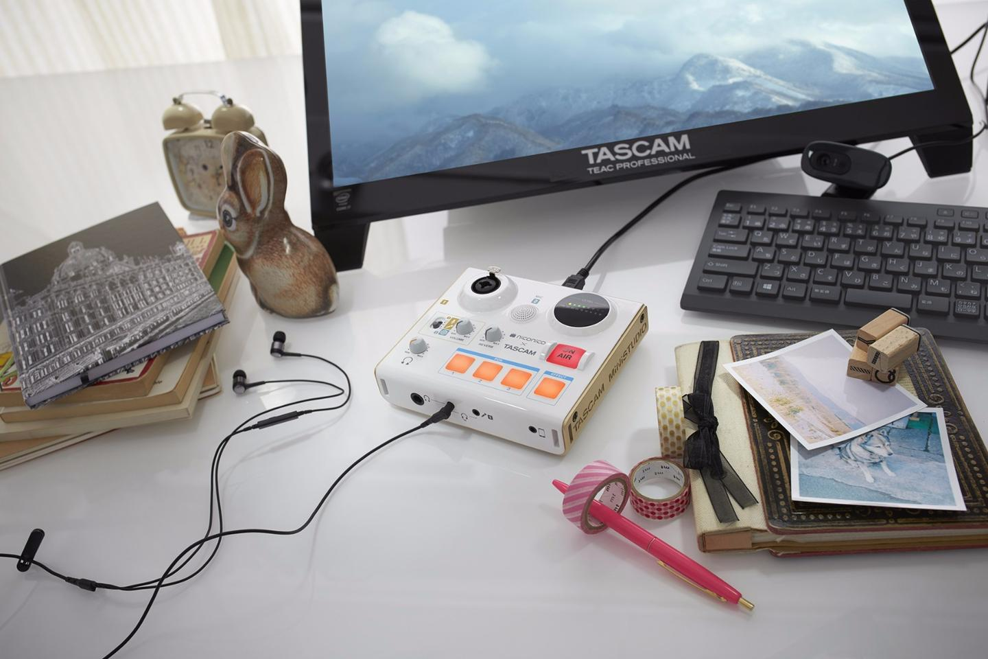 The Ministudio Personal editionhas both a built-in microphone and a balanced XLR/TRS line input