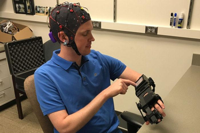 The device detects electrical signals in the brain causing a correlated pincer-like movement in the glove. This results in the brain creating new motor-pathways allowing the movement to be ultimately performedindependentlyof the device