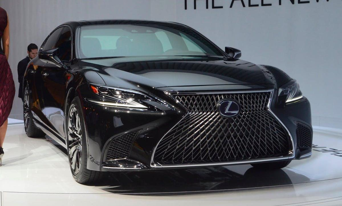 The 2018 Lexus LS 500h model debuted in Detroit with its standard gasoline sibling, but details were not released for the hybrid until now