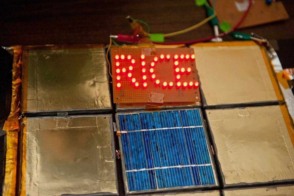 """Ceramic tiles coated with battery paint and then heat-sealed powered LEDs spelling out """"RICE"""" for six hours (Photo: Jeff Fitlow/Rice University)"""