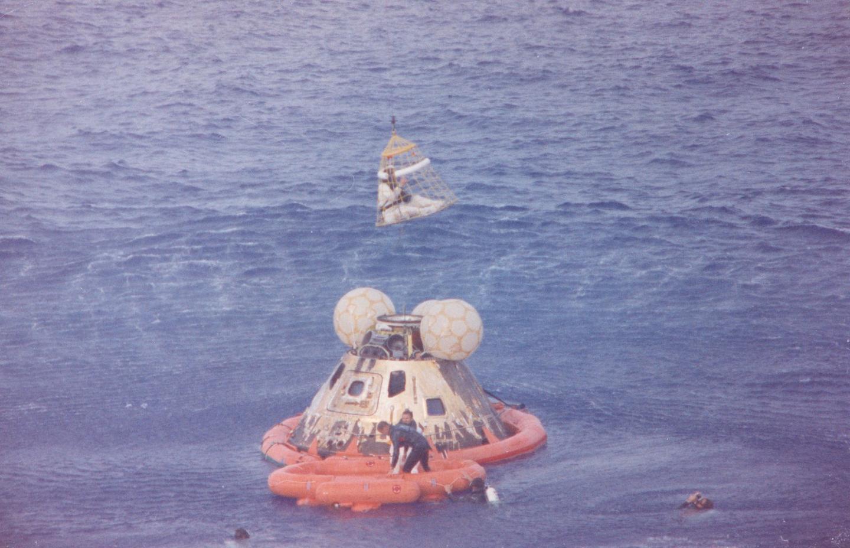 Apollo 13 récupéré après un splashdown