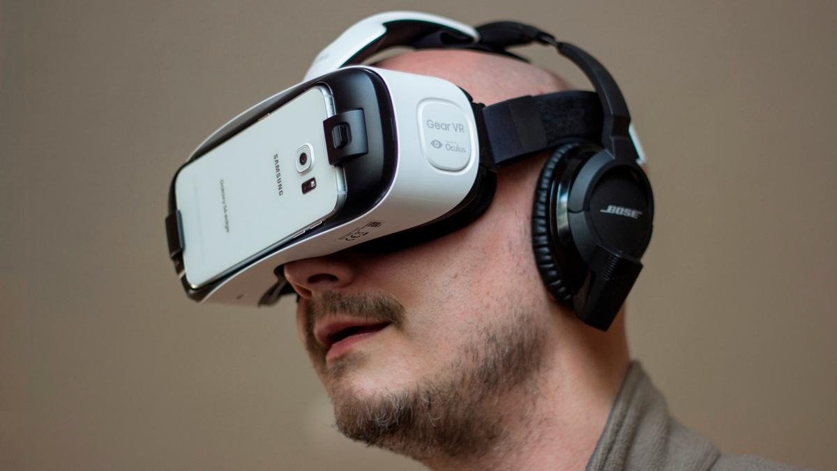 Gizmag reviews the new Samsung Gear VR, that turns the Galaxy S6 or Galaxy S6 edge into a badass virtual reality headset (Photo: Will Shanklin/Gizmag.com)