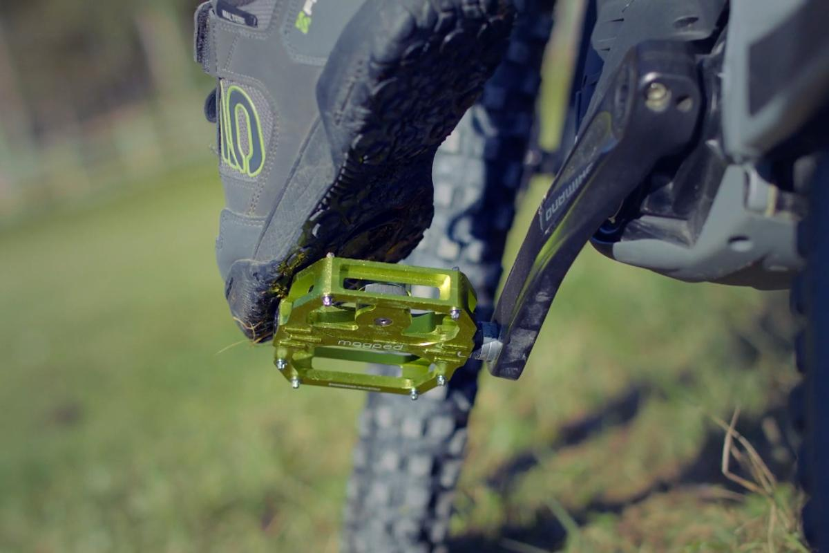 A magnet in the magped Sport2 engages a steel plate on the bottom of the rider's shoe