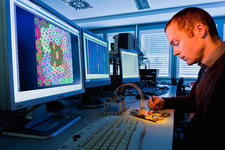 The infrared wireless communication module developed at Fraunhofer can transfer data wirelessly at speeds of 1 Gbps (Photo: Fraunhofer IPMS/Jürgen Lösel)