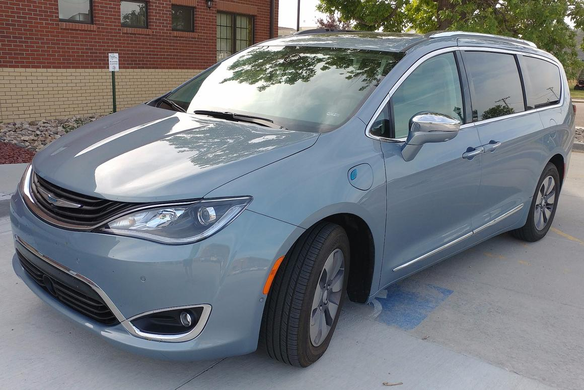 The 2017Chrysler Pacifica is a great-looking minivan (yes, we just combined those terms)