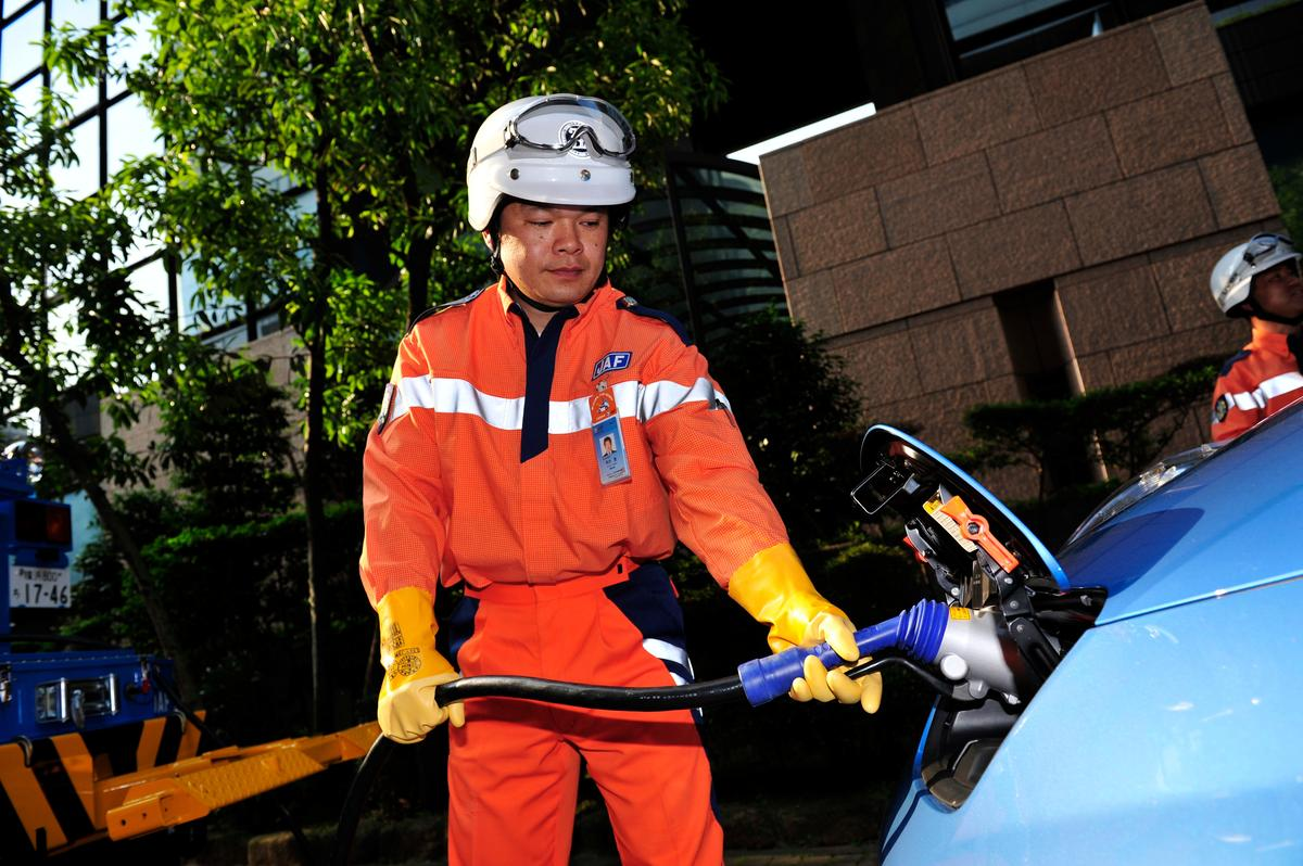 The JAF roadside crew charging a Nissan LEAF (Photo: Nissan)