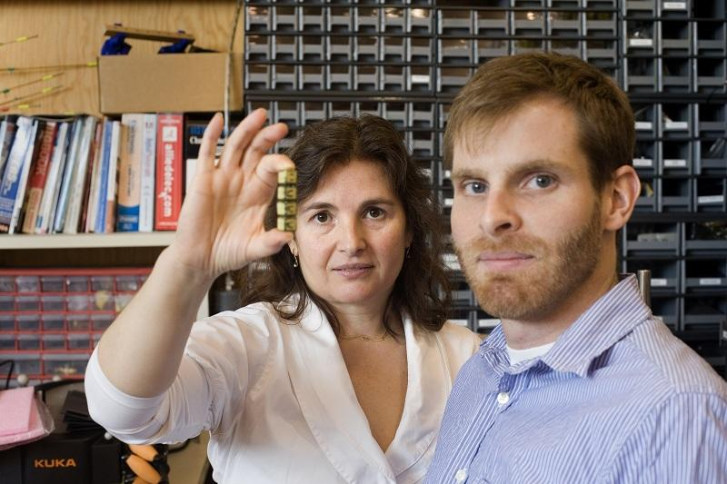 Daniela Rus and Kyle Gilpin, the authors of the algorithm that could lead to the development of smart sand (Photo: M. Scott Brauer)