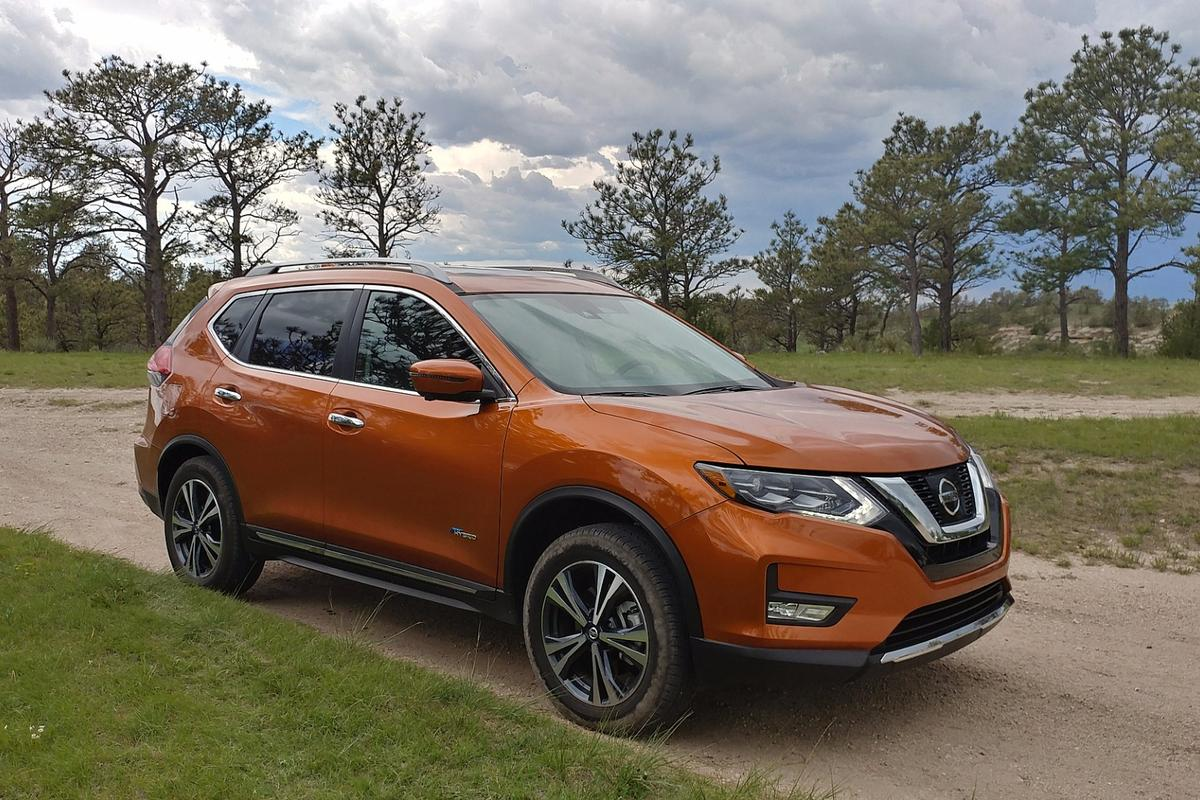 There is about a US$1,200 difference between the 2017 Nissan Rogue SL gasoline model and the 2017 Nissan Rogue Hybrid SL model