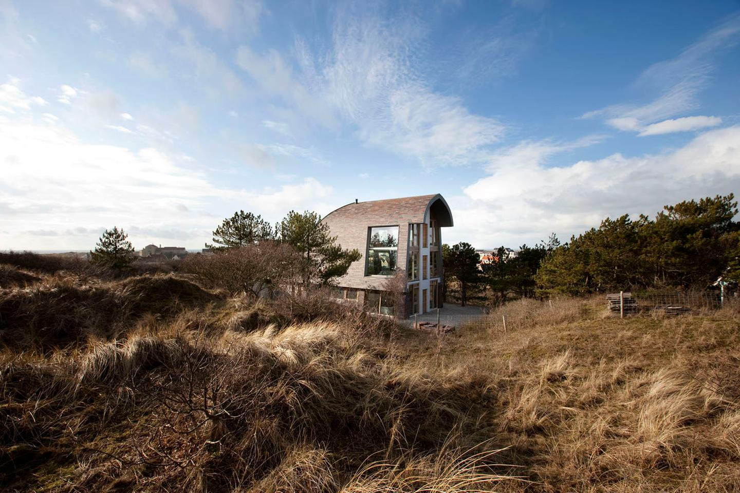 Dune House is located on the crest of a sand dune in North Holland (Photo: Erik Boschman)