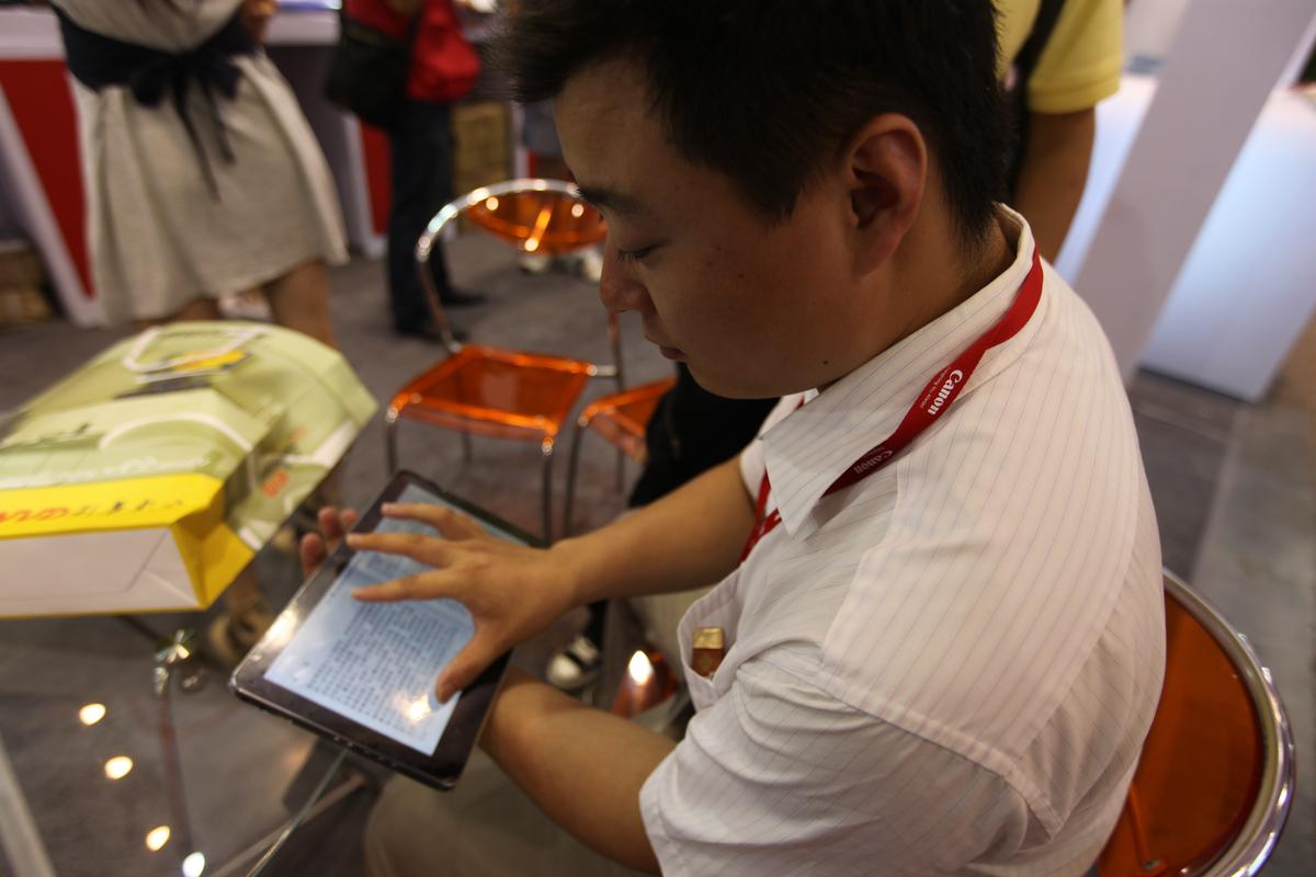 Demonstrating the B10's 1024 x 600 resolution 10.1 inch LED backlit capacitive touchscreen display