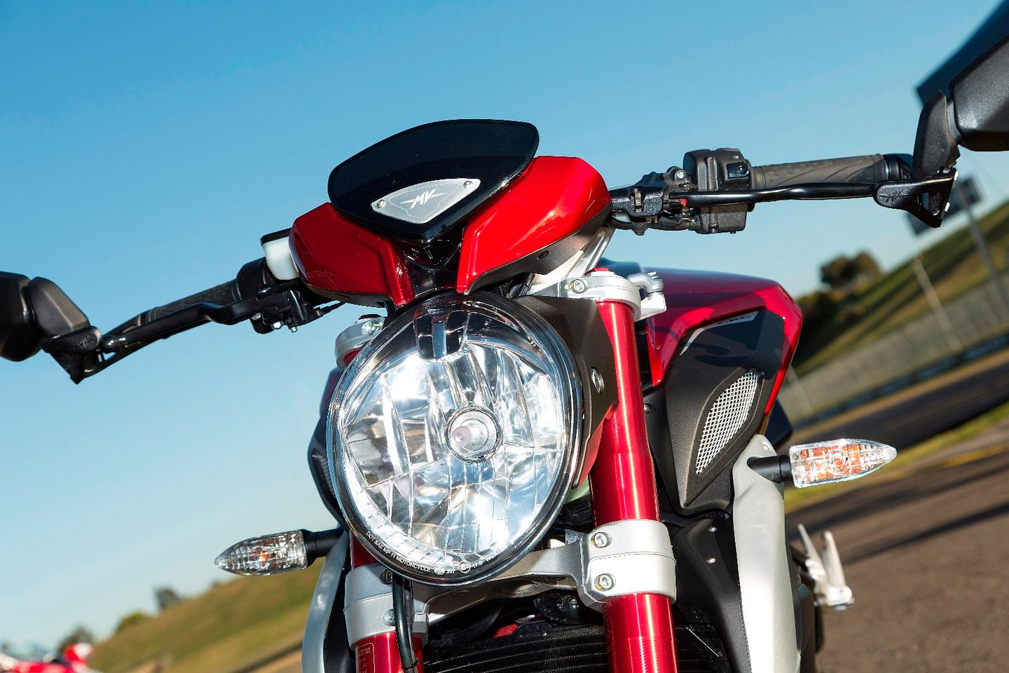 MV Agusta Dragster 800 RR: headlight and blood-red Marzocchi forks
