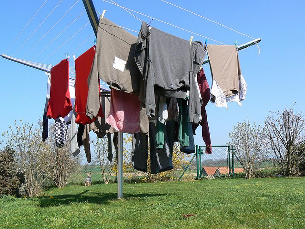 Researchers have developed a coating for fabric, that could be used to clean clothing simply by exposing it to sunlight (Photo: T.M.O.F.)