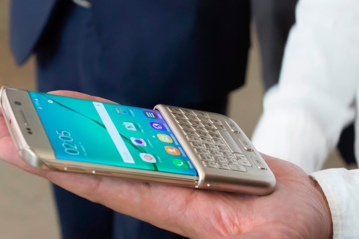 Gizmag goes hands-on with BlackBerry's, erm, Samsung's QWERTY keyboard cover for the latest Galaxy phones