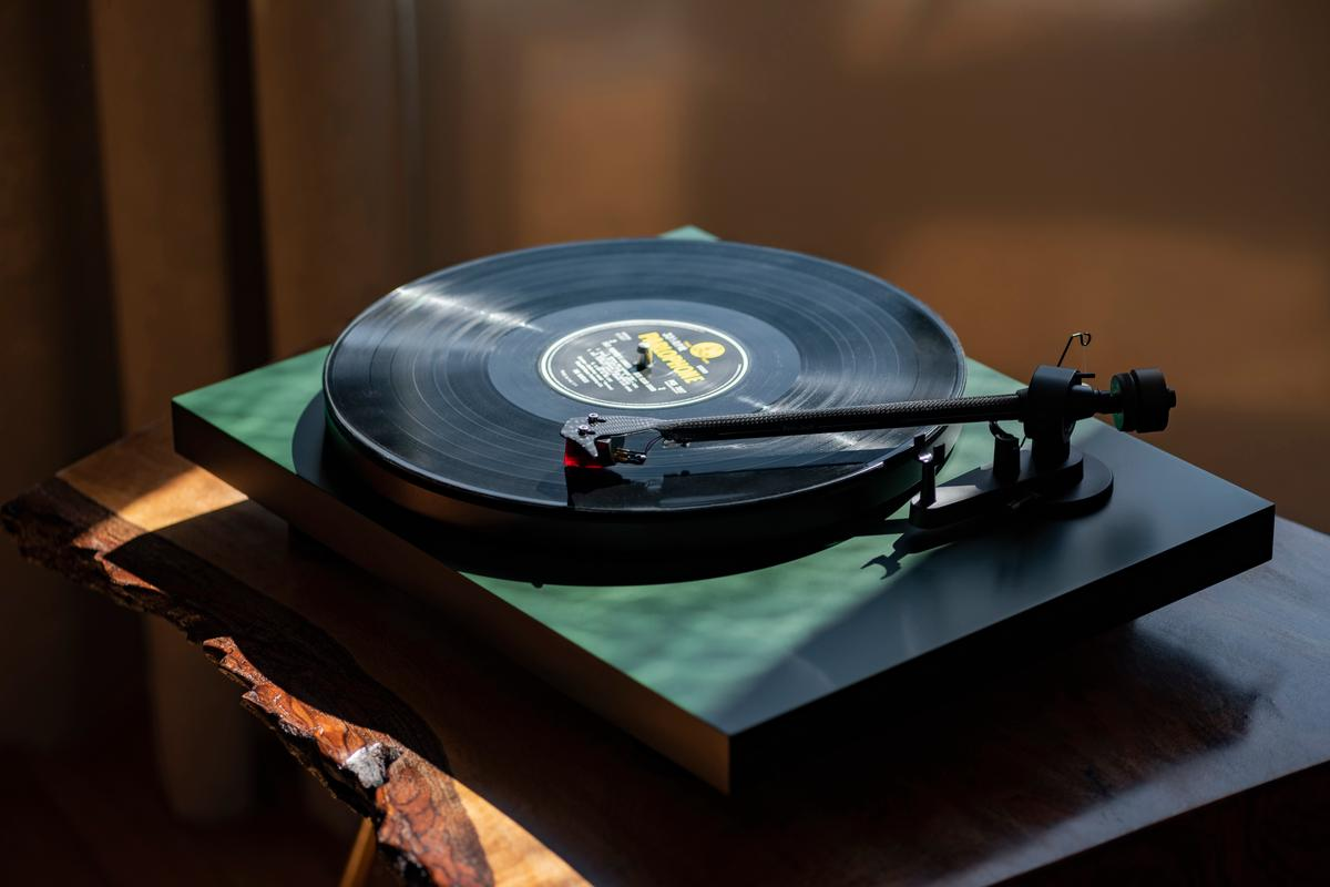 More than 20 years after the first Debut turntable was born, the next generation arrives in the shape of the Debut Carbon Evo