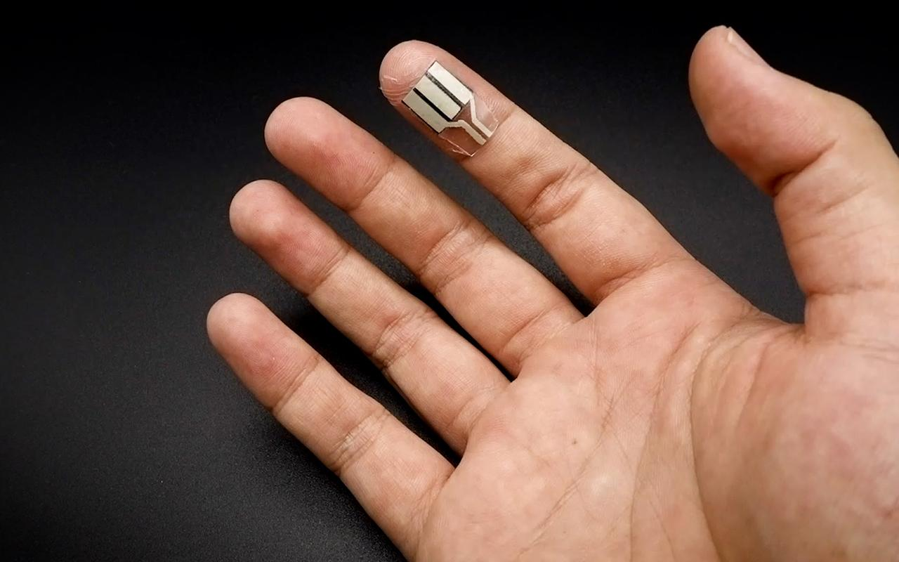 A new wearable device can be placed on the fingertips to generate electricity even when the user is sedentary