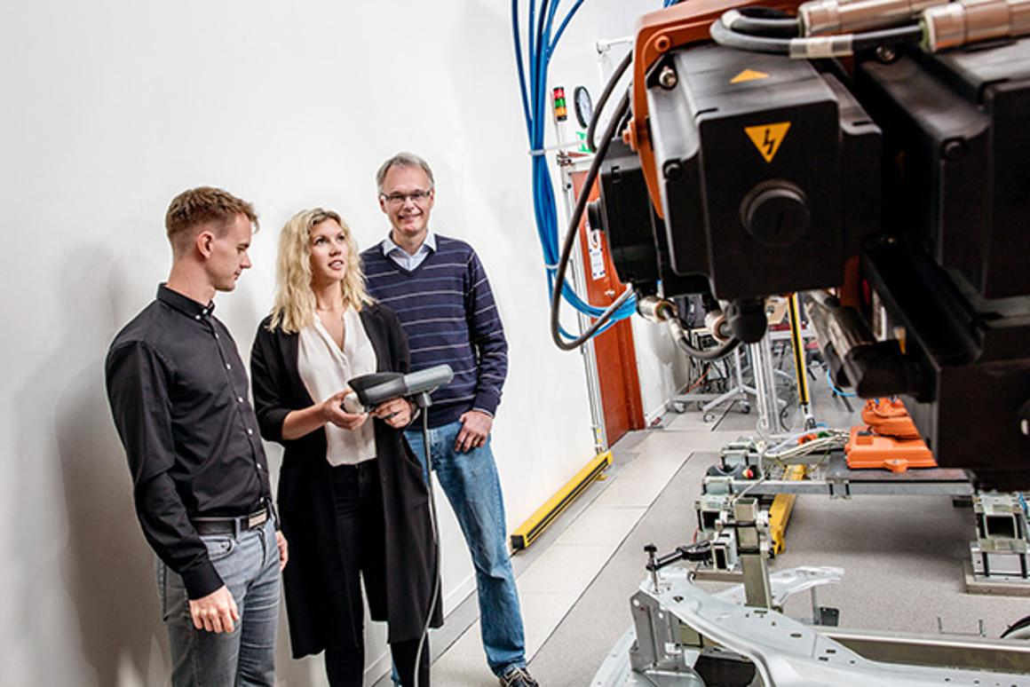 By minimizing the acceleration of industrial robots, and optimizing the sequence of multiple robots, energy consumption can be reduced by up to 40 percent
