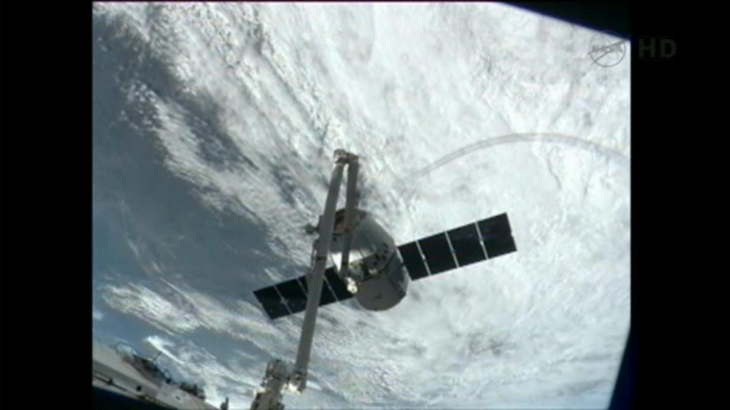 Dragon CRS-2 grappled by an ISS robotic arm (Image: NASA)
