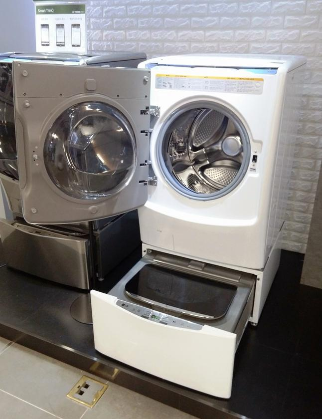 Upstairs a sizeable washer can handle loads of either 17 kg, 19 kg, or 21 kg (38 lb, 42 lb, 47 lb) depending on the model chosen