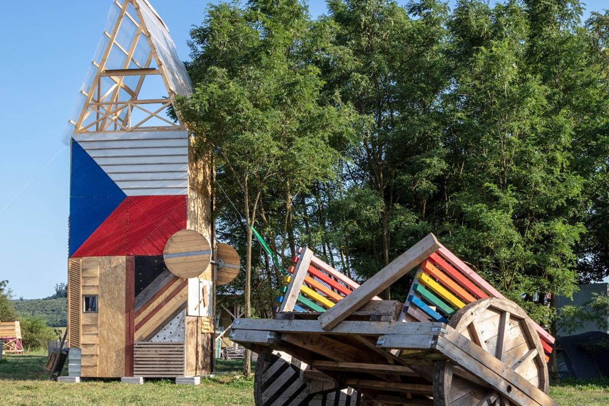 Project vertical cabin is one of the seven interesting cabin designs thought up by students at this year's Hello Wood festival in Hungary