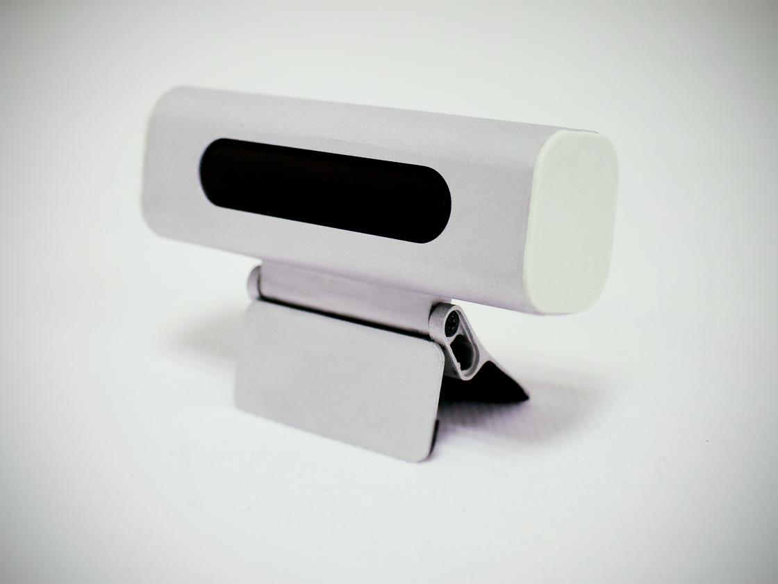 The clamp mechanism benefits from rubber padding on the inner surfaces of the clips, and folds flat for placement on a desk