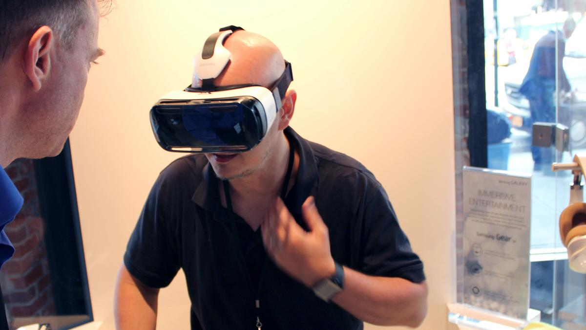 Gizmag goes heads-on with the Gear VR (Photo: Will Shanklin/Gizmag.com)