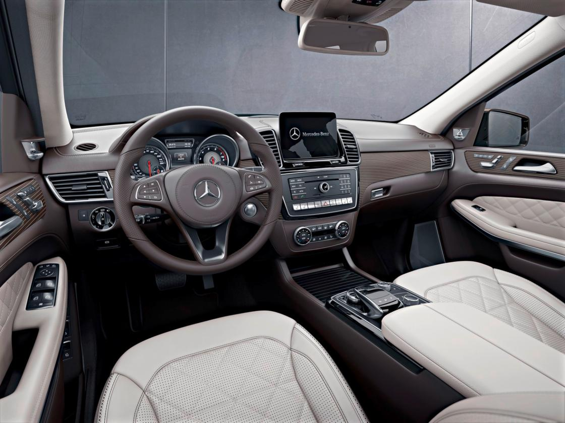 Several standard features include a 7-inch infotainment touchscreen, two USB ports, dual-zone climate, and an auto-dimming rearview